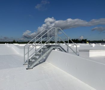 Harmaat huoltoportaat rakennuksen katolla